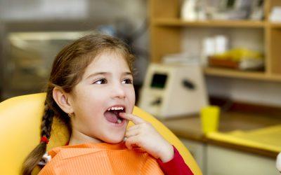 少女が歯を指さしている